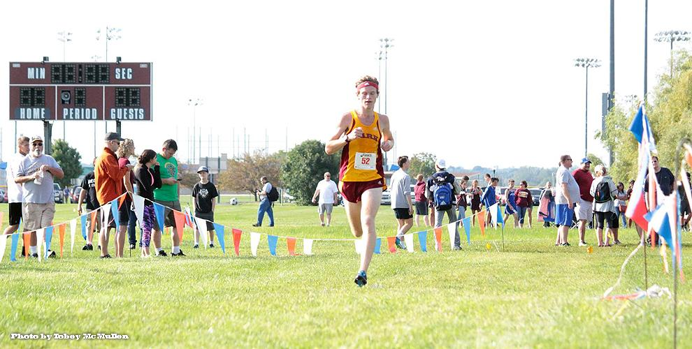 William Henry won the men's race to begin the 2016 season at the Jewell Invitational in Liberty.